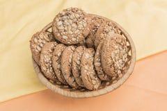 Домодельные печенья с хлопьями в плетеной корзине Стоковая Фотография