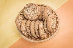 Домодельные печенья с хлопьями и семенами в плетеной корзине Стоковые Изображения RF