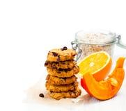 Домодельные печенья тыквы и апельсина на белой предпосылке Стоковые Фотографии RF