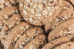 Домодельные печенья фитнеса для правильного питания с хлопьями и семенами подсолнуха Стоковые Изображения RF