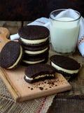 Домодельные печенья шоколада Oreo с белыми сливк зефира и стеклом молока на темной предпосылке Селективный фокус Стоковая Фотография RF