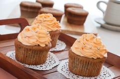 Домодельные пирожные, который служат на кухонном столе. Стоковые Фотографии RF