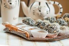 Домодельные помадки на коричневом глиняном горшке Стоковые Изображения RF