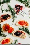 Домодельные сандвичи с вареньем персика и вишни на белом backgro стоковое изображение rf