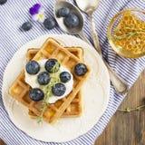 Домодельные свежие кудрявые waffles для завтрака с голубиками Стоковое Фото