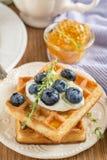 Домодельные свежие кудрявые waffles для завтрака с Стоковые Изображения RF
