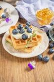 Домодельные свежие кудрявые waffles для завтрака с Стоковое Изображение RF