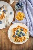 Домодельные свежие кудрявые waffles для завтрака с Стоковые Фото