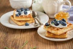 Домодельные свежие кудрявые waffles для завтрака с Стоковая Фотография RF