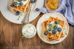 Домодельные свежие кудрявые waffles для завтрака с Стоковое Фото