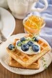 Домодельные свежие кудрявые waffles для завтрака с Стоковые Фотографии RF