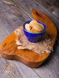 Домодельные сказанные по буквам печенья в голубом шаре на деревянном столе Стоковое Изображение RF