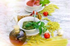 Домодельные соус песто базилика и томатный соус Стоковое Изображение