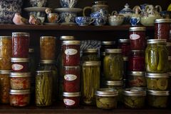 Домодельные соленья, варенье и соус стоковые изображения