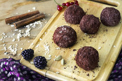 Домодельные сырцовые здоровые трюфеля шоколада vegan с muesli стоковые изображения
