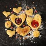 Домодельные сладостные печенья сердец печенья слойки украшенные с розовым бушелем Стоковые Фотографии RF