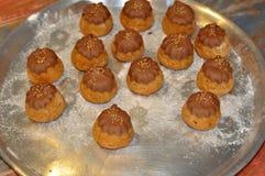 Домодельные торты или плюшки на подносе Стоковая Фотография RF