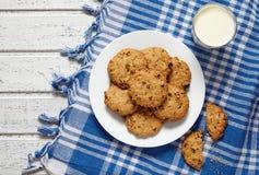 Домодельные традиционные печенья овсяной каши с десертом изюминок здоровым сладостным Стоковое Фото