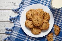 Домодельные традиционные печенья овсяной каши с изюминками и шоколадом Стоковые Изображения RF