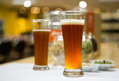 Домодельные 2 чашки пива на таблице Стоковое Фото