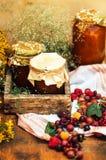 Домодельные ямы клубники десерт сделанный из сусла и помещенных мукой опарников внутренности малых Домодельное варенье поленики г Стоковая Фотография RF