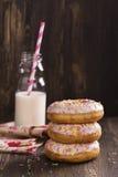 Домодельные donuts и бутылка молока Стоковая Фотография