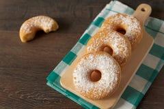 Домодельные donuts на деревенской темной таблице Стоковое Изображение RF