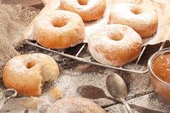 Домодельные donuts на деревянном столе Стоковая Фотография RF