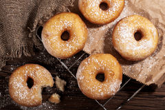 Домодельные donuts на деревянном столе Стоковое Изображение
