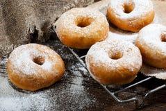 Домодельные donuts на деревянном столе Стоковая Фотография