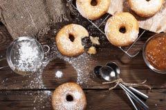 Домодельные donuts на деревянном столе Стоковые Изображения