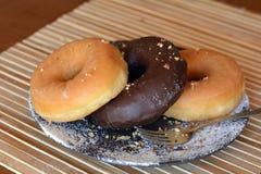Домодельные Donuts на плите на таблице Стоковая Фотография