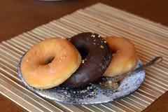 Домодельные Donuts на плите на таблице Стоковое фото RF