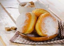 Домодельные Donuts с напудренным сахаром на деревянной плите Стоковое Фото