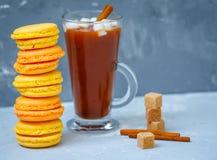 Домодельные macaroons лимона и абрикоса и горячее какао Стоковая Фотография
