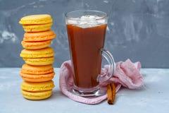 Домодельные macaroons лимона и абрикоса и горячее какао Стоковые Изображения RF