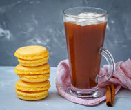 Домодельные macaroons лимона и горячее какао Стоковое Изображение