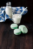 Домодельные macaroons с стеклом молока Стоковое Фото