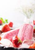 Домодельные popsicles клубники Стоковая Фотография RF