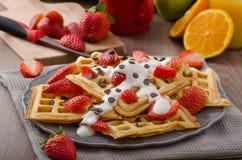 Домодельные waffles с сиропом и клубниками клена Стоковое Изображение RF