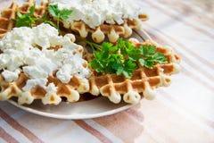 Домодельные waffles с сыром и травами Стоковые Фотографии RF