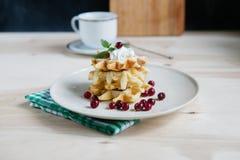 Домодельные waffles с cream и свежими ягодами Стоковые Фото