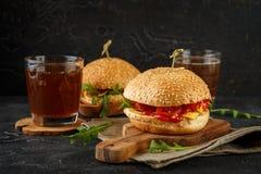 Домодельный бургер с arugula, томатом и сыром Стоковое Изображение RF