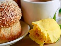 Домодельный варить сделанный от всех пшеницы и зерен с хлебом и чашкой кофе, розой желтого цвета Стоковые Фото