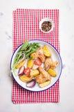 Домодельный вкусный зажаренный в духовке цыпленк цыпленок подгоняет с зажаренной в духовке картошкой с овощами в шаре эмали Стоковое Фото