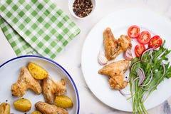 Домодельный вкусный зажаренный в духовке цыпленк цыпленок подгоняет с зажаренной в духовке картошкой с овощами в шаре эмали Стоковые Изображения RF