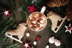 Домодельный горячий шоколад с зефирами и взбитой сливк на предпосылке vitage деревянной жизни зима все еще Стоковые Изображения RF