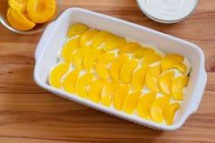 Домодельный десерт Biscotti с законсервированными персиками и Стоковые Фотографии RF