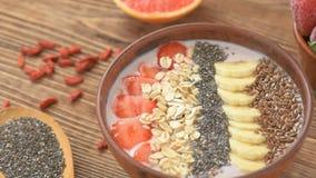 Домодельный завтрак - свежий smoothie с плодоовощами и семенами сток-видео