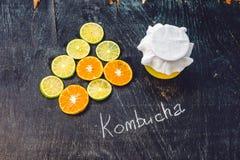 Домодельный заквашенный сырцовый чай Kombucha готовый для того чтобы выпить с апельсином и известкой Лето Стоковое Фото